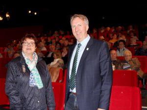 Unser Bild zeigt die Kreisseniorenbeauftragte Christine Kreuzer und den stellvertretenden Landrat Helmut Plenk mit einem Teil der Senioren im Kino 1 in Regen. Foto: Langer/Landkreis Regen