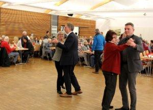 Landrätin Rita Röhrl und ihr Stellvertreter Helmut Plenk, die Kreisseniorenbeauftragten Christine Kreuzer und Bürgermeister Charly Bauer eröffneten den Tanznachmittag. Foto: Langer/Landkreis Regen
