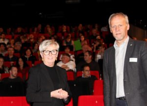Landrätin Rita Röhrl und Jugendamtsleiter Martin Hackl freuten sich über den guten Besuch und begrüßten die Gäste im Kinocenter Regen. Foto: Langer/Landkreis Regen