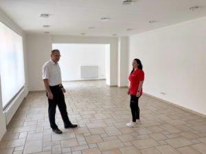 Unser Bild zeigt BRK-Geschäftsführer Günther Aulinger und Teamleiterin Alice Pinzl in den neuen Räumlichkeiten. Foto: Wölfl/Landkreis Regen