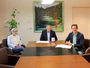 Unser Bild zeigt Landrätin Rita Röhrl mit den Geehrten Willi Dietl (li.) und Dr. Stefan Ebner. Foto: Langer/Landkreis Regen