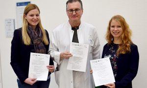 Unser Bild zeigt die Verantwortlichen Ramona Biller (Netzwerk Generation 55+), Dr. med. Christian Pötzl (Chefarzt für Innere Medizin, Arberlandkliniken) und Natalie Walter (Geschäftsstellenleiterin der Gesundheitsregionplus Arberland). Foto: Blüml