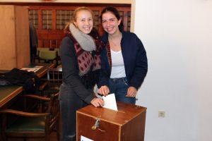 Paula Hentschel und Nina Peschel waren zwei der U18-Wählerinnen in Zwiesel. Foto: Langer/Landkreis Regen