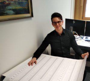 Im Amt wurde der Zettel schon einmal ausgedruckt. Reinhard Wöllf macht sich ein Bild von der Größe des Wahlzettels. Foto: Langer/Landkreis Regen