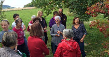 Kräuterpädagogin Elisabeth Hof (rechts) zeigt und erklärt hier die Verwendung der roten Beeren vom Gemeinen Schneeball. Foto: Klaus Eder/LRA Regen