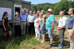 Unser Bild zeigt die Ausschussmitglieder bei der Besichtigung des Wolfertsrieder Baches. Foto: Langer/Landkreis Regen