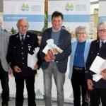 Bürgermeister Michael Dachs (li.) und Rita Röhrl gratulierten. Foto: Langer/Landkreis Regen