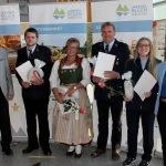 Alfred Zellner, der dritte Bürgermeister der Stadt Zwiesel und Rita Röhrl gratulierten. Foto: Langer/Landkreis Regen